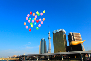 東京スカイツリーと風船の写真素材 [FYI02621693]
