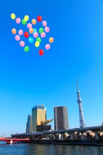 東京スカイツリーと隅田川、風船の写真素材 [FYI02621742]