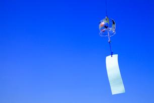風鈴と青空の写真素材 [FYI02622098]