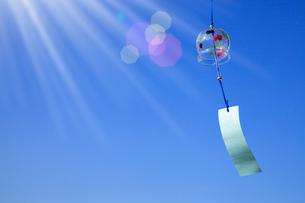 風鈴と青空の写真素材 [FYI02622127]