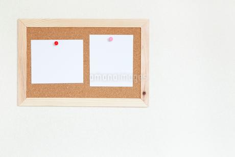 壁にかけたコルクボードとメモの写真素材 [FYI02622152]