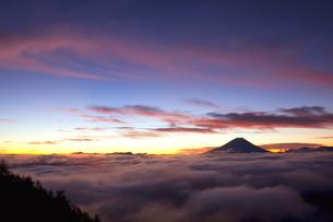 櫛形山林道より富士山と夜明けの写真素材 [FYI02622168]