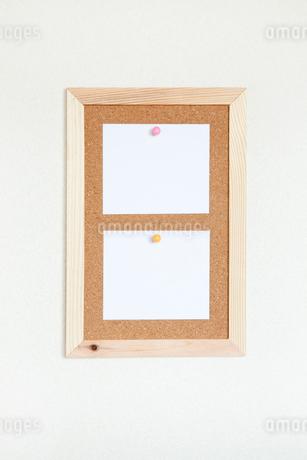 壁にかけたコルクボードとメモの写真素材 [FYI02622176]