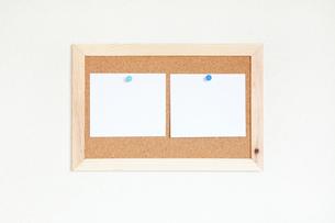 壁にかけたコルクボードとメモの写真素材 [FYI02622177]