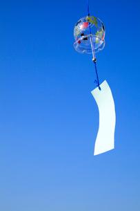 風鈴と青空の写真素材 [FYI02622262]