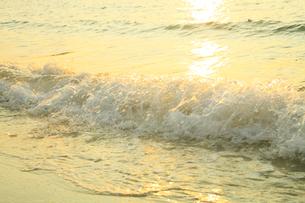南紀白浜海岸 夕照の波の写真素材 [FYI02622301]