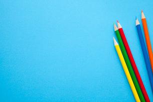 色画用紙と色鉛筆の写真素材 [FYI02622443]