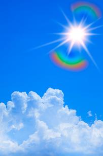 青空に浮かぶ雲と太陽の写真素材 [FYI02622500]