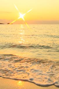 南紀白浜海岸 夕照の波の写真素材 [FYI02622565]