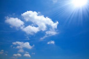 青空に浮かぶ雲と太陽の写真素材 [FYI02622845]