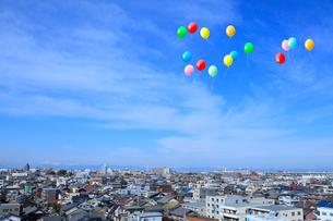 街並と風船の写真素材 [FYI02622910]