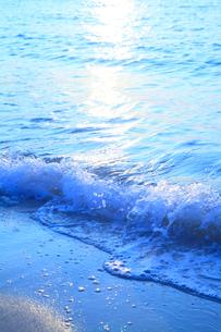 南紀白浜海岸 夕照の波の写真素材 [FYI02622927]