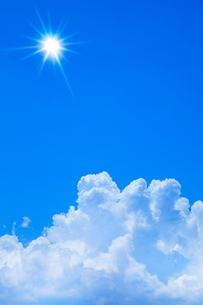青空に浮かぶ雲と太陽の写真素材 [FYI02622953]