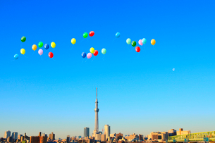 東京スカイツリーと風船の写真素材 [FYI02623052]