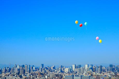 街並と風船の写真素材 [FYI02623158]
