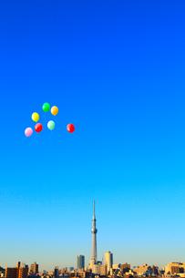 東京スカイツリーと風船の写真素材 [FYI02623216]