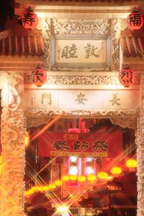 南京町中華街のライトアップの写真素材 [FYI02623391]