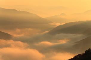 宮垣の雲海と朝焼けの写真素材 [FYI02623408]