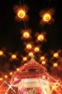 南京町中華街のライトアップの写真素材 [FYI02623581]
