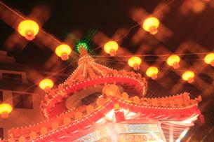 南京町中華街のライトアップの写真素材 [FYI02624427]