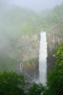 霧と華厳の滝の写真素材 [FYI02624429]