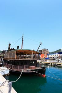 門司港レトロ 遊覧船と海峡プラザの写真素材 [FYI02624520]