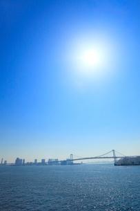 東京港よりレインボーブリッジと太陽の写真素材 [FYI02625492]