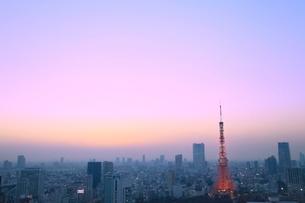 浜松町より東京タワーのライトアップと夕焼けの写真素材 [FYI02625548]