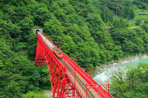 黒部峡谷 新山彦橋とトロッコ電車の写真素材 [FYI02626014]