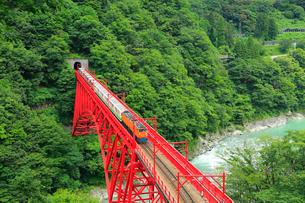 黒部峡谷 新山彦橋とトロッコ電車の写真素材 [FYI02626072]