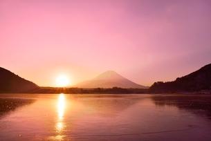 精進湖から元旦の朝日と富士山の写真素材 [FYI02626420]
