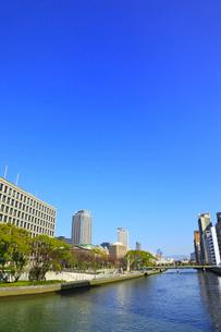 中之島 中之島公園・大阪市街と土佐堀川の写真素材 [FYI02627015]