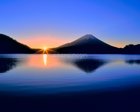富士山と精進湖の朝日の写真素材 [FYI02627117]