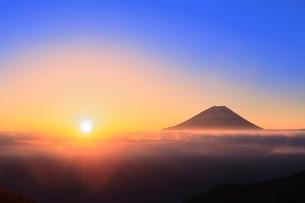 丸山林道より富士山と朝日の写真素材 [FYI02627144]
