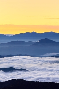 乗鞍エコーラインより朝焼けと雲海に山並みの写真素材 [FYI02627153]