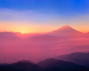櫛形林道より富士山と雲海に朝日の写真素材 [FYI02627182]
