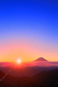 丸山林道より富士山と朝日に光芒の写真素材 [FYI02627243]