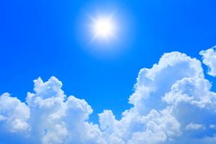 入道雲と太陽に光芒の写真素材 [FYI02627446]