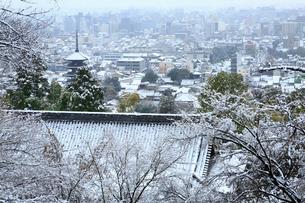 八坂の塔と雪の京都市街の写真素材 [FYI02627525]