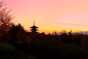 八坂の塔と京都市街夕景の写真素材 [FYI02627575]