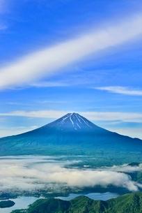新道峠より富士山と河口湖にかかる雲海の写真素材 [FYI02627589]