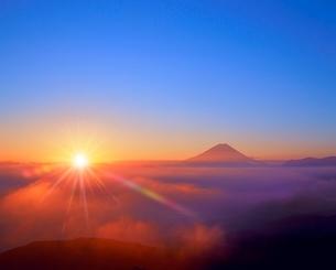 櫛形林道より富士山と雲海に朝日の写真素材 [FYI02627660]