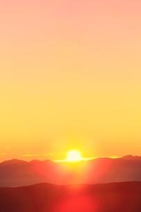 乗鞍エコーラインより朝日と山並みの写真素材 [FYI02627669]