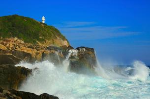 足摺岬の灯台と波の写真素材 [FYI02627739]