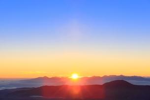 乗鞍エコーラインより朝日と雲海に山並みの写真素材 [FYI02627983]
