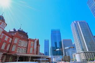 東京駅と丸の内ビル群に光芒の写真素材 [FYI02628060]