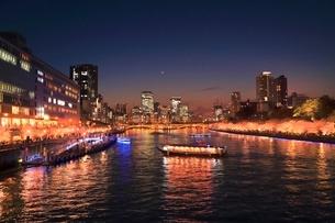大川沿い桜並木のライトアップとビル群の写真素材 [FYI02628206]