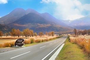秋のやまなみハイウエイ,長者原と九重連山の写真素材 [FYI02628245]