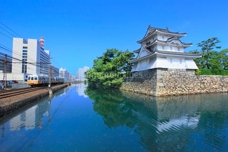 高松城(玉藻城)の艮櫓(丑寅櫓)と堀端をを走る「ことでん」の写真素材 [FYI02628314]