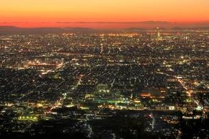 夕焼けのあべのハルカスと大阪・堺市街の写真素材 [FYI02628361]